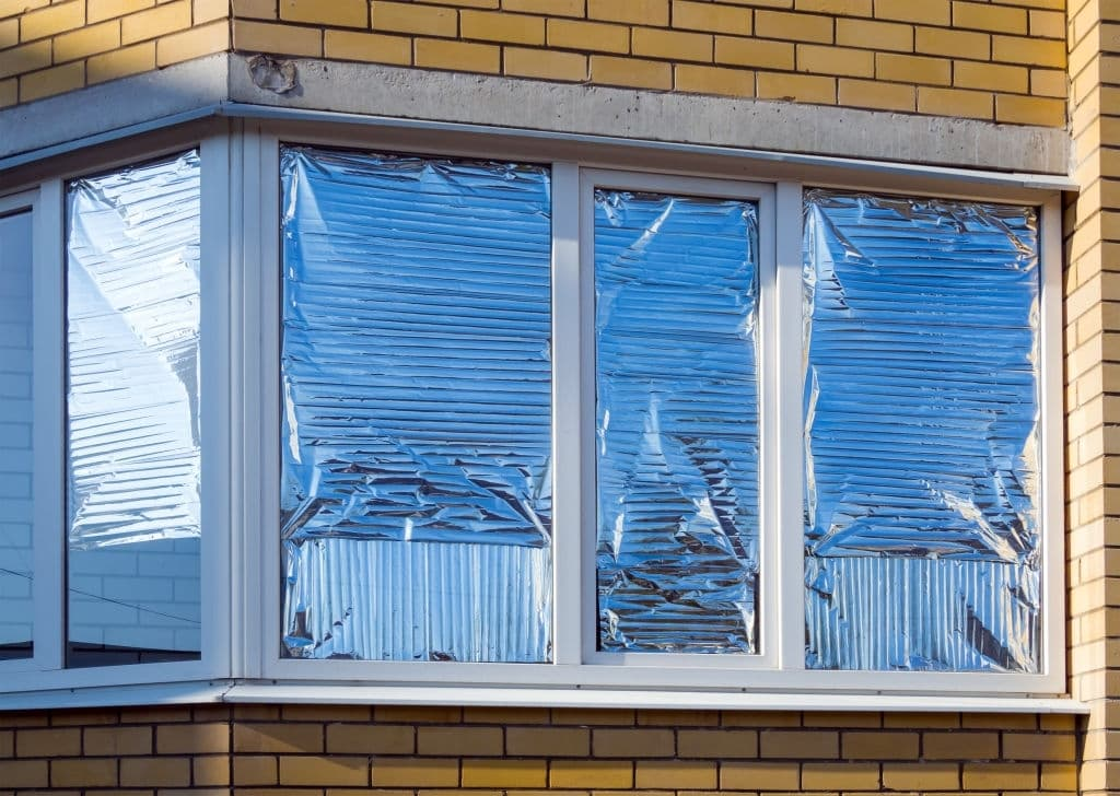 Does putting aluminum foil on windows keep the heat out?